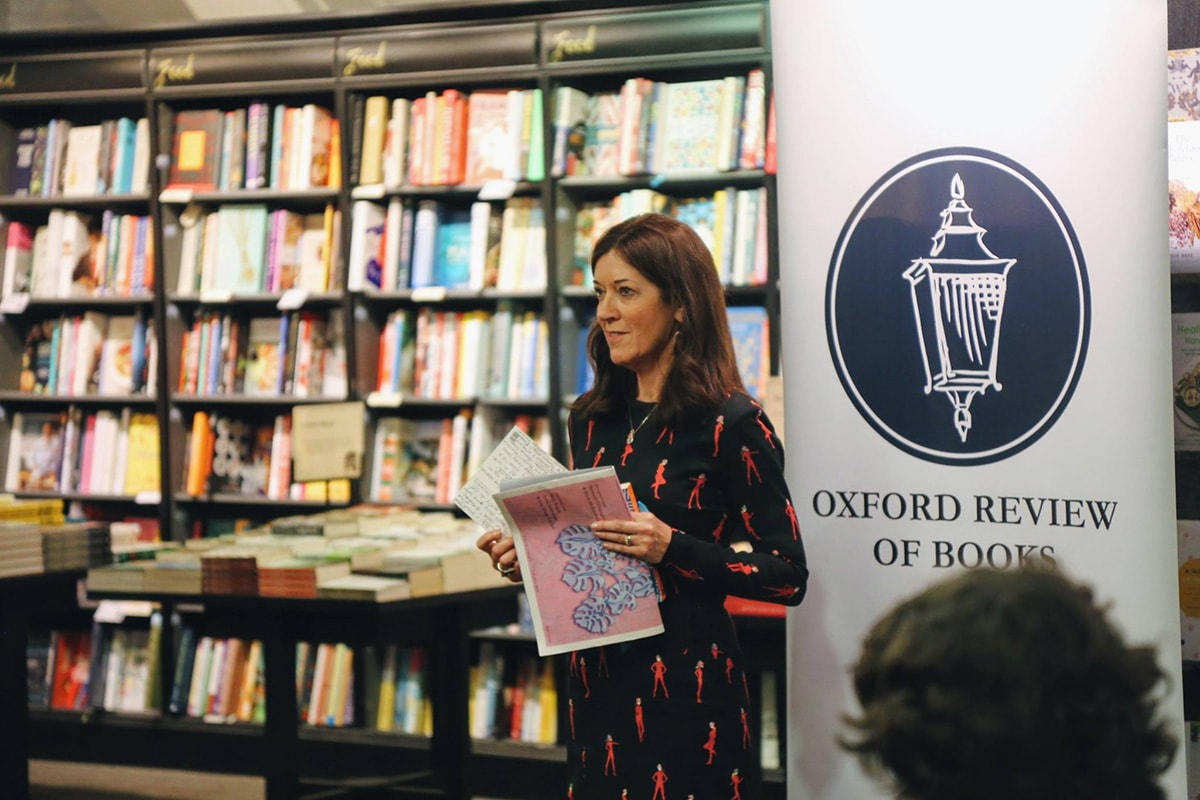 Victoria-Hislop-presents-the-prize-for-the-Fiction-Competition